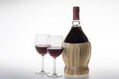 Vieux bouteille et verres de vin de chianti Images libres de droits