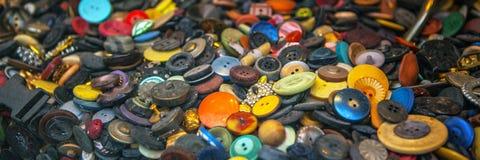 Vieux boutons multicolores comme fond Photos stock