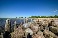 vieux brakewater en pierre en mer baltique Photographie stock libre de droits