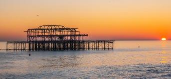 Vieux Brighton Pier dans le coucher du soleil images stock