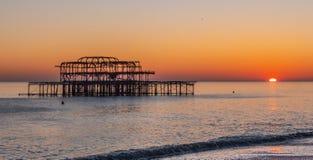 Vieux Brighton Pier dans le coucher du soleil photo stock