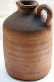 Vieux broc rustique de vin d'argile photos stock