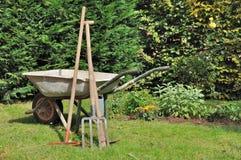 Vieux brouette et outils de jardinage Photo libre de droits