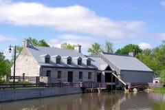 Vieux bâtiment pour le barrage en île des moulins dans le Canada Photo stock