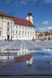 Vieux bâtiments et Conseil Towerin Sibiu Image stock