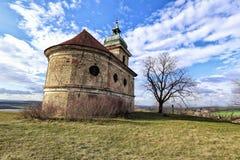 Vieux buildind d'église avec les murs criqués et arbre en automne photos stock
