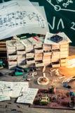 Vieux bureau de travail de l'électronique dans le laboratoire Photo libre de droits