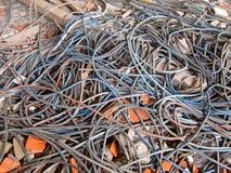 Vieux câbles électriques, bâtiment démoli photographie stock