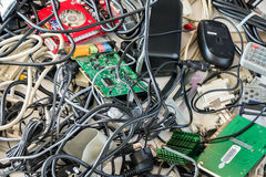 Vieux câbles et dispositifs d'ordinateur photos stock
