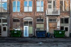 Vieux côté de bâtiment de détériorer Photos stock
