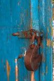 Vieux cadenas accrochant sur la porte photo stock