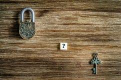 Vieux cadenas et clé de vintage sur la texture en bois Photos libres de droits