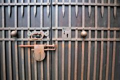 Vieux cadenas rouillé fermé photo stock
