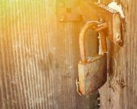 Vieux cadenas sur la porte en bois photo stock