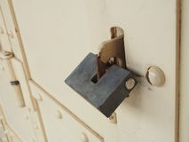 Vieux cadenas sur une trappe en bois photographie stock libre de droits