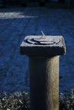 Vieux cadran solaire un matin froid Photo stock