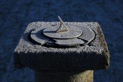 Vieux cadran solaire un matin froid et givré Photos stock