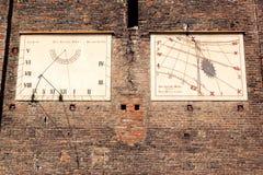 Vieux cadrans solaires chez Chiesa del Duomo, Chieri, Italie Photos stock