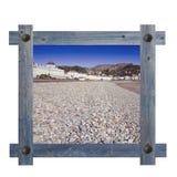 Vieux cadre bleu en bois sur un fond blanc avec la vue du côté de mer de Llandudno Images stock