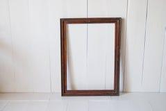 Vieux cadre de tableau sale de vintage sur le mur Pièce intérieure blanche Images stock