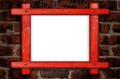 Vieux cadre en bois contre un mur de briques avec l'espace de copie au centre Images stock