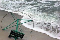 Vieux cadre en métal de parapluie de plage sur un bord de la mer Vagues sur un sable Photo stock