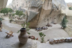 Vieux café de maison de troglodyte en vallée cachée, Cappadocia, Turquie Photos libres de droits