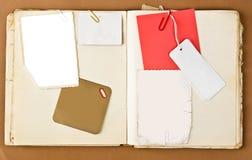 Vieux cahier avec les étiquettes et la trame de photo