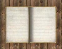 Vieux cahier sur le fond en bois Image libre de droits