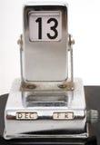 Vieux calendrier de bureau métallique affichant le vendredi 13 Photo libre de droits