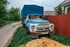 Vieux camion abandonné rouillé avec les fenêtres cassées dans le village russe abandonné Photo libre de droits