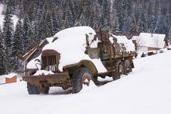 Vieux camion abandonné sous la neige Photos libres de droits