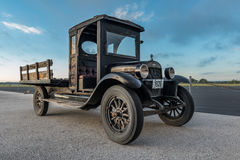 Vieux camion antique avec le lit en bois Photo stock
