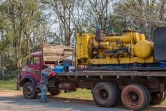 Vieux camion car il est typique pour le Paraguay Sur la plate-forme de chargement une machine pour forer les puits profonds image libre de droits
