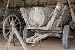 Vieux camion-citerne de boue images stock