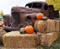 Vieux camion décoré à la correction de potiron Photos stock