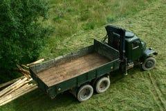 Vieux camion d'armée vert modifié pour le transport de bois de construction Images libres de droits