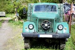 Vieux camion de ferme de vintage vert Photo libre de droits
