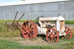 Vieux camion de vintage se rouillant loin Image libre de droits