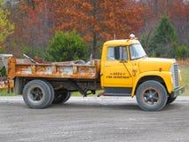 Vieux camion jaune Photographie stock libre de droits