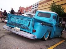 Vieux camion pick-up bleu abaissé photo stock