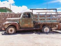 Vieux camion rouillé dans le village de colchani au bord de Salar de uyun photo libre de droits