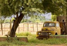 Vieux camion sous un arbre Photos libres de droits