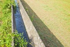 Vieux canal d'irrigation italien avec de vieux éléments de béton préfabriqué photos libres de droits