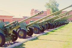 Vieux canon d'artillerie d'armée Obusier sur des roues photos libres de droits