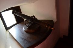 Vieux canon dans le château photographie stock
