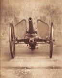 Vieux canon de fer d'artillerie au-dessus de roue Photographie stock