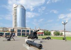 Vieux canon et ancres sur la promenade de rivage d'amiral Serebry Images stock