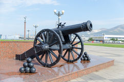 Vieux canon sur la promenade de rivage d'amiral Serebryakov Novoro Images libres de droits