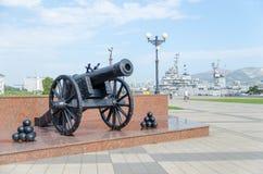 Vieux canon sur la promenade de rivage d'amiral Serebryakov Novoro Images stock